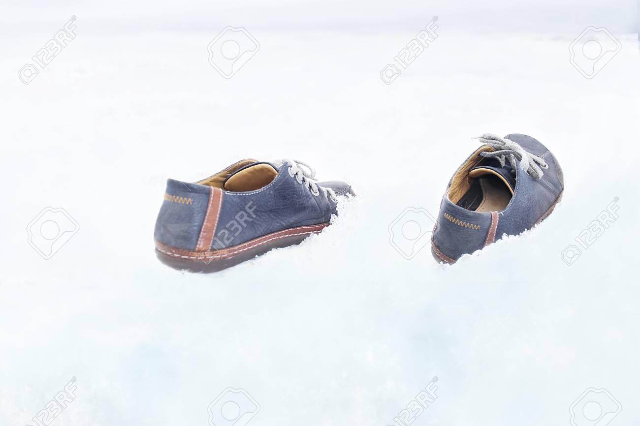 Concepto Foto Allá Par Para Más La Archivo El Sin Caminar De Hombre  Creencia Sobre Zapatos ... 690eff654e4a
