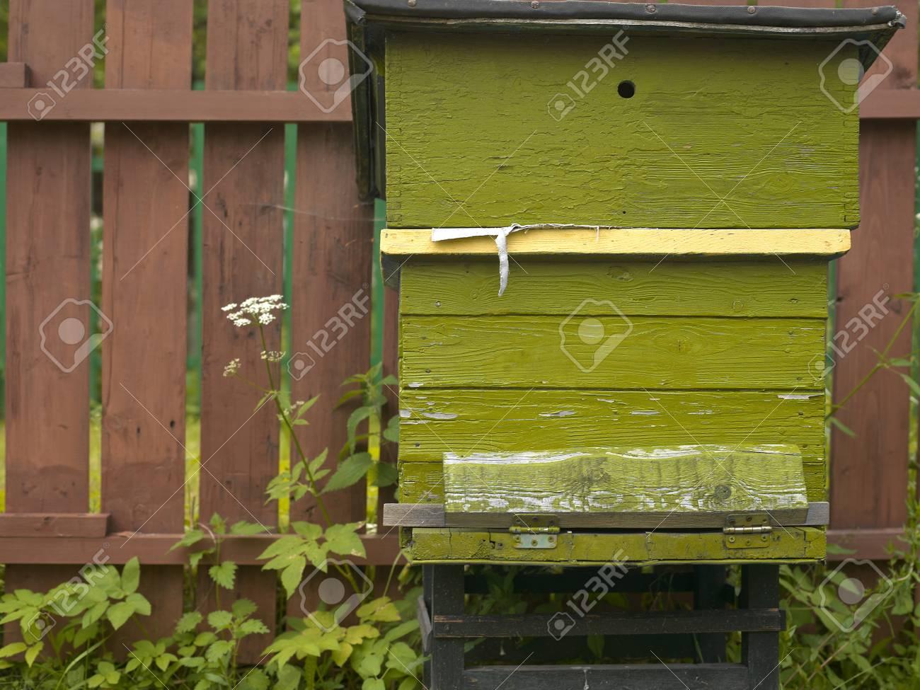 Houten Hekwerk Tuin : Bijenkorf lijkt verlaten staan naast de houten hek in een