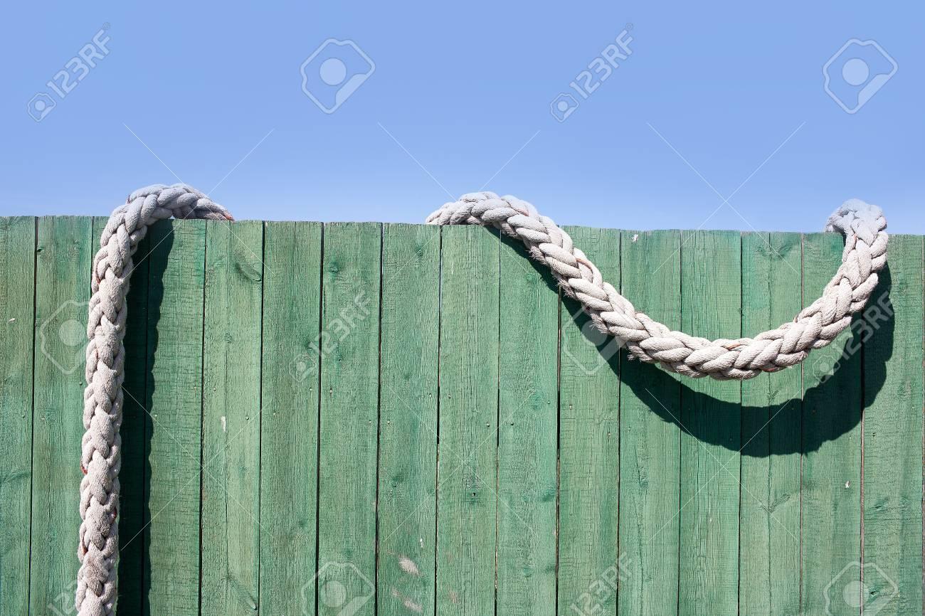 Tau Auf Einem Grunen Zaun Lizenzfreie Fotos Bilder Und Stock