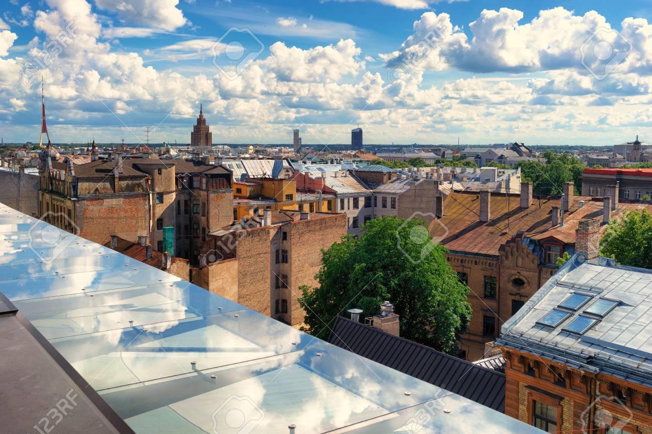 Vista Dalla Terrazza Sul Tetto Della Città Di Riga Con Belle Nuvole Su Un Cielo Blu E Riflessione Nel Bicchiere