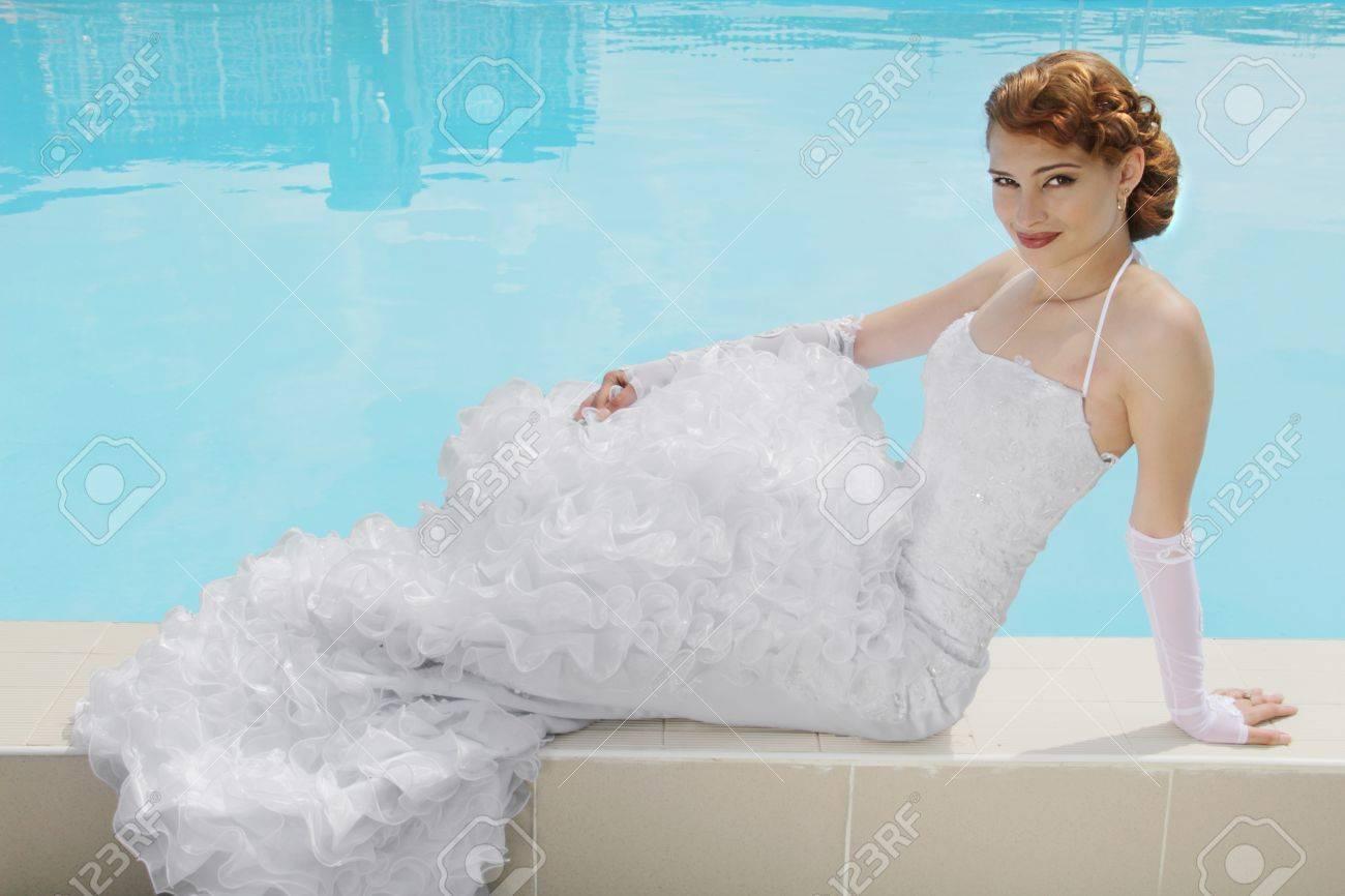 Schöne Frau Im Brautkleid. Schwimmbad Lizenzfreie Fotos, Bilder Und ...