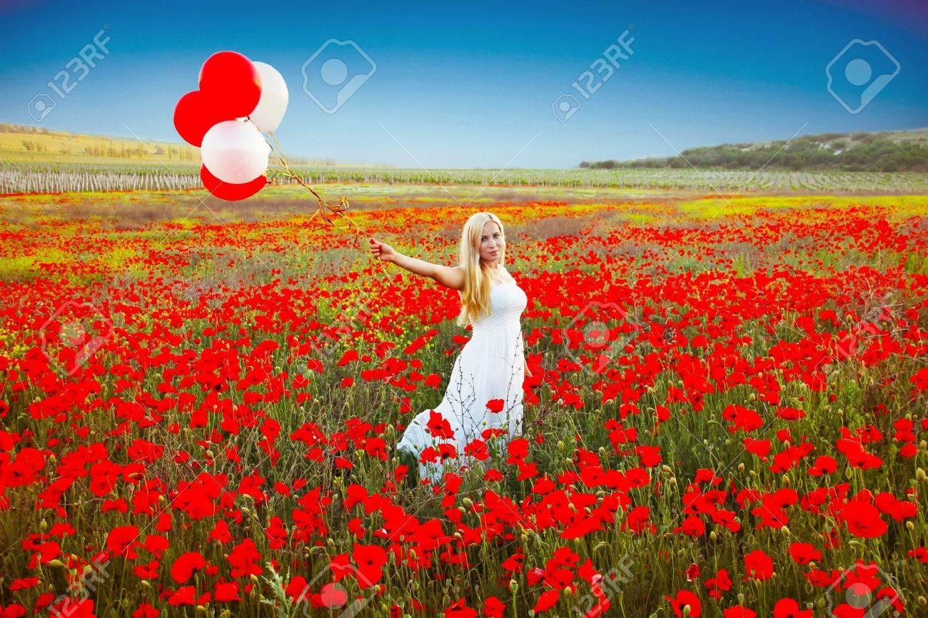 Super Ritratto Di Donna Romantica In Campo Di Papaveri In Abito Bianco  ZR89