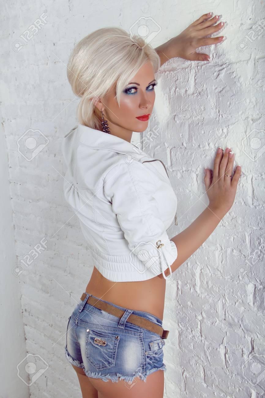 Сексуальна девушка в черных джинсах и синей футболке фото 20 фотография