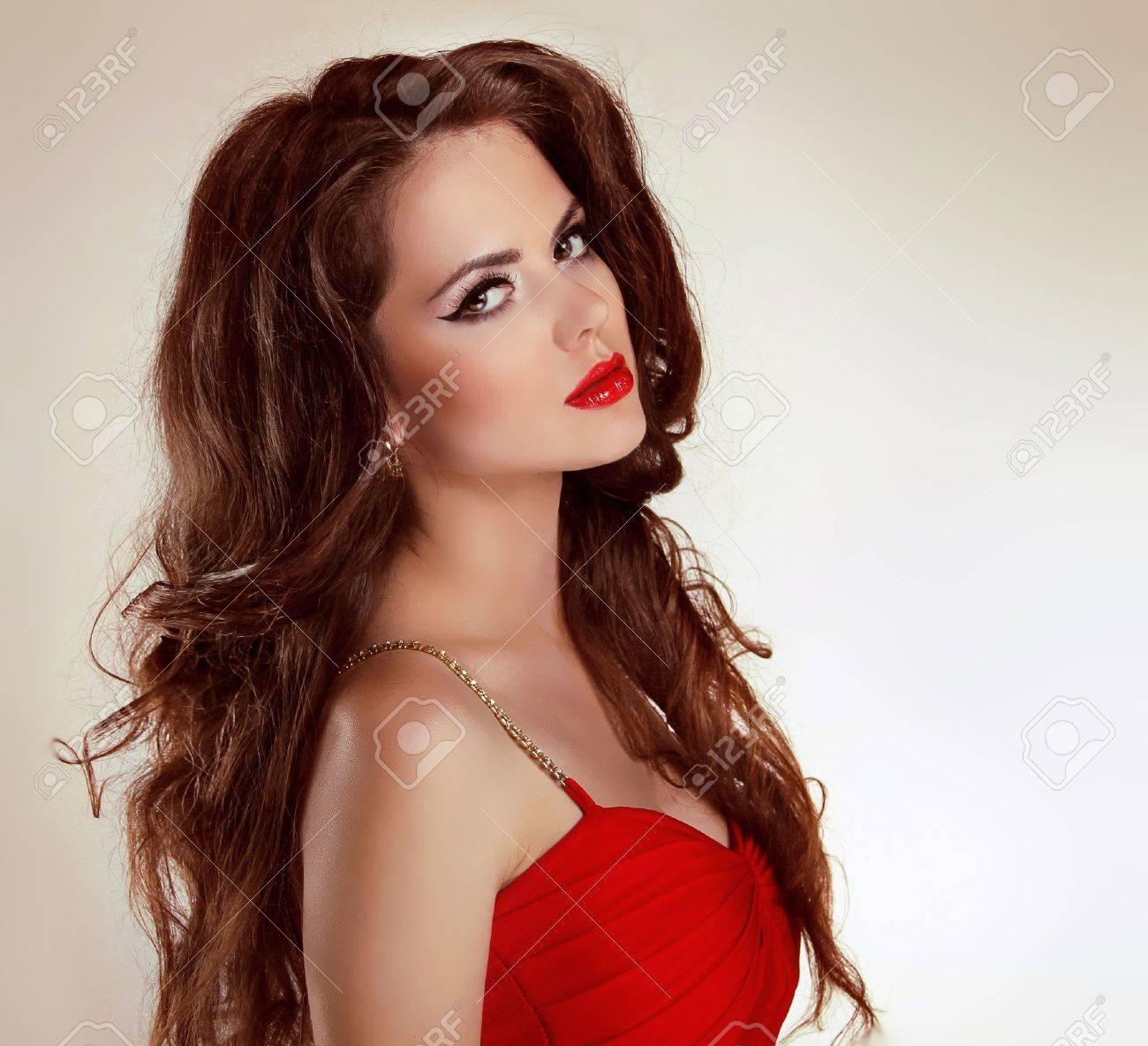 Самые красивые девушки брюнетки в платьях 7 фотография