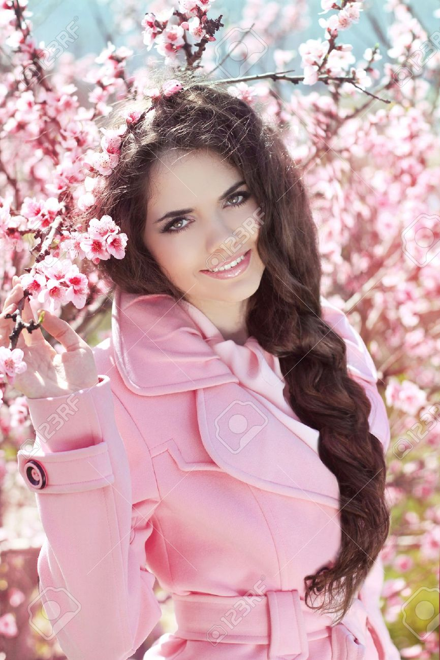 Фото брюнетка в розовом 12 фотография