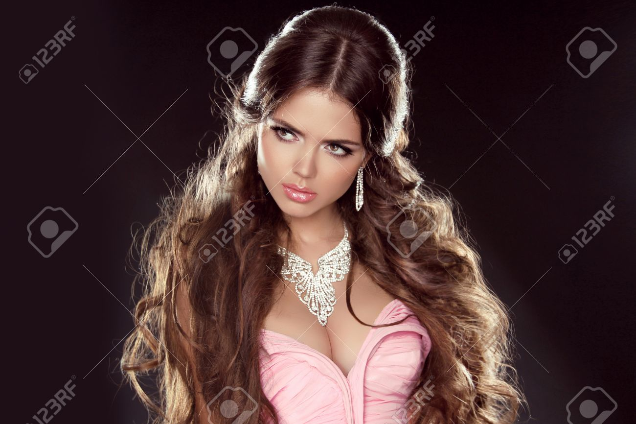 Peinado Pelo Largo Muchacha Hermosa Modelo Con Joyeria Aislado En