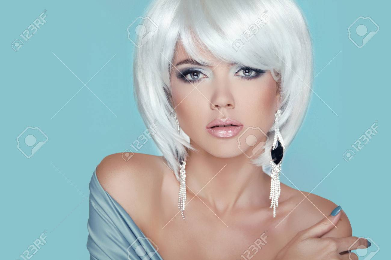 Fashion Beauty Woman Portrait Makeup Weißes Kurzes Haar Schmuck