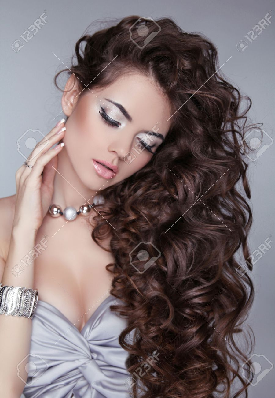 Wavy Hair. Beautiful Sexy Brunette Woman. Healthy Long Brown Hair. Beauty Girl. Fashion model posing at studio. Stock Photo - 22616798