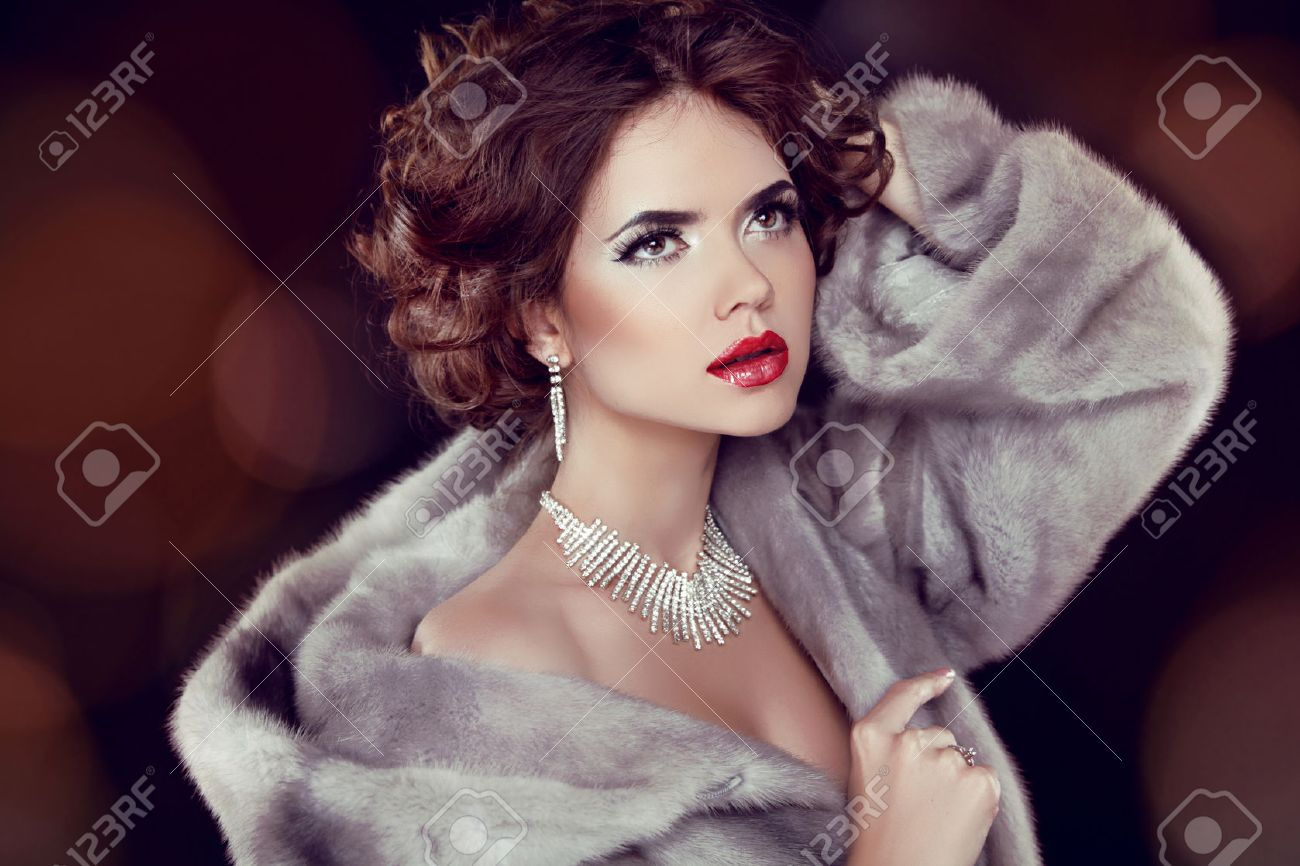 Beauty Fashion Model Woman in Mink Fur Coat. Winter Girl in Luxury Fur Coat and Diamond Jewelry Necklace Stock Photo - 22616818