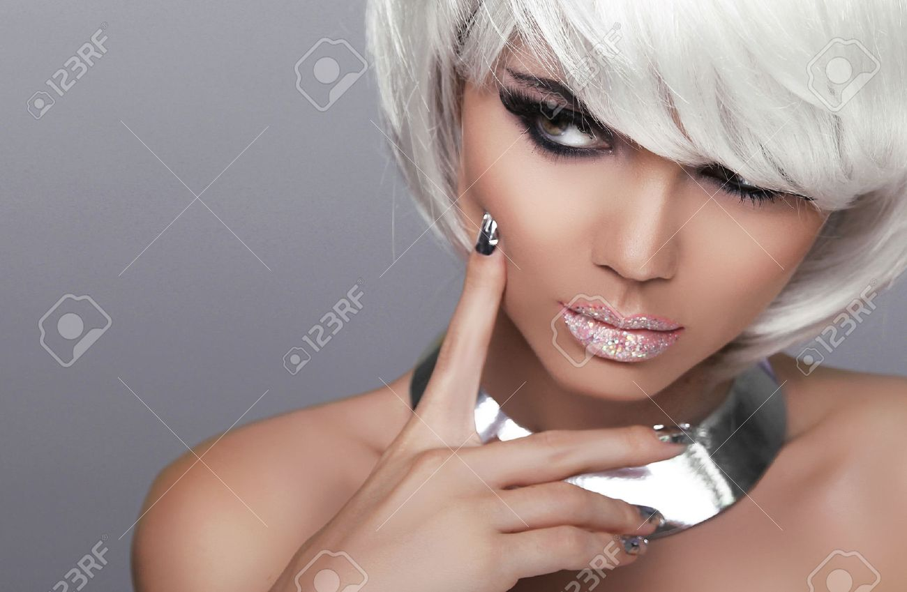 Moda Ragazza Bionda. Ritratto Di Bellezza Donna Sexy. Bianco Capelli corti.  Isolato su sfondo grigio. Volto Close-up. Hairstyle. Fringe. Vogue stile. 93c89c6778d7