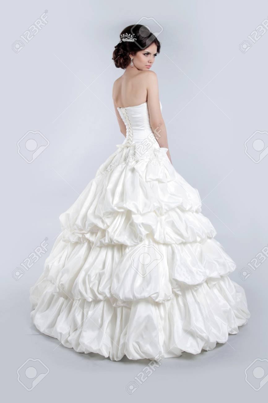 Grijze Trouwjurk.Mooie Charmante Bruid In Luxe Trouwjurk Brunette Meisje Poseren