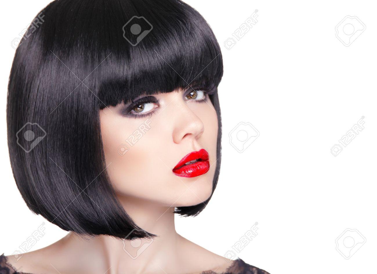 Fashion Portrait De La Belle Femme Brune Avec Des Levres Rouges Et Carre Court Style De Cheveux Noirs Isole Sur Fond Blanc Studio Photo Banque D Images Et Photos Libres De Droits Image
