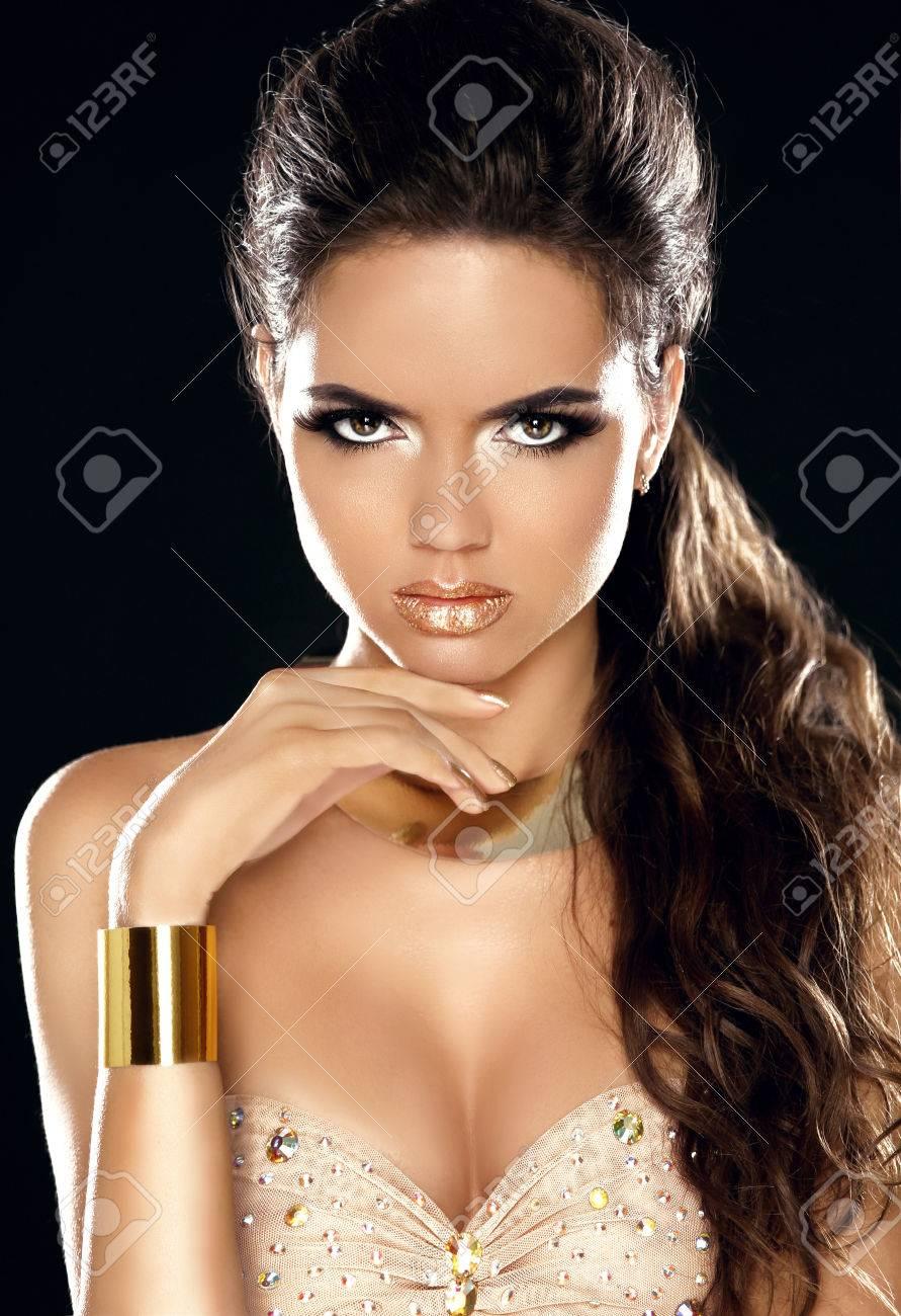 62f6c987db0b Archivio Fotografico - Fashion Beauty Girl Portrait. Golden jewelry.  Splendida Donna. Haircut elegante e trucco. Hairstyle. Trucco. Vogue Style.