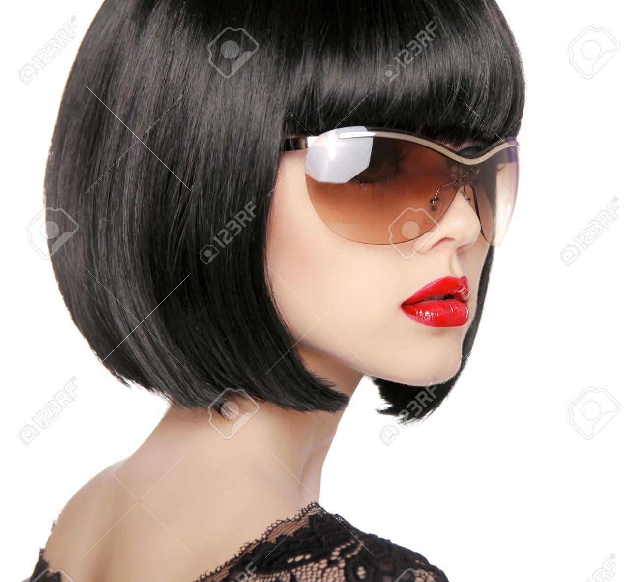 Modèle brune lunettes de soleil de mode. Belle femme glamour avec coiffure  courte noir isolé sur fond blanc.