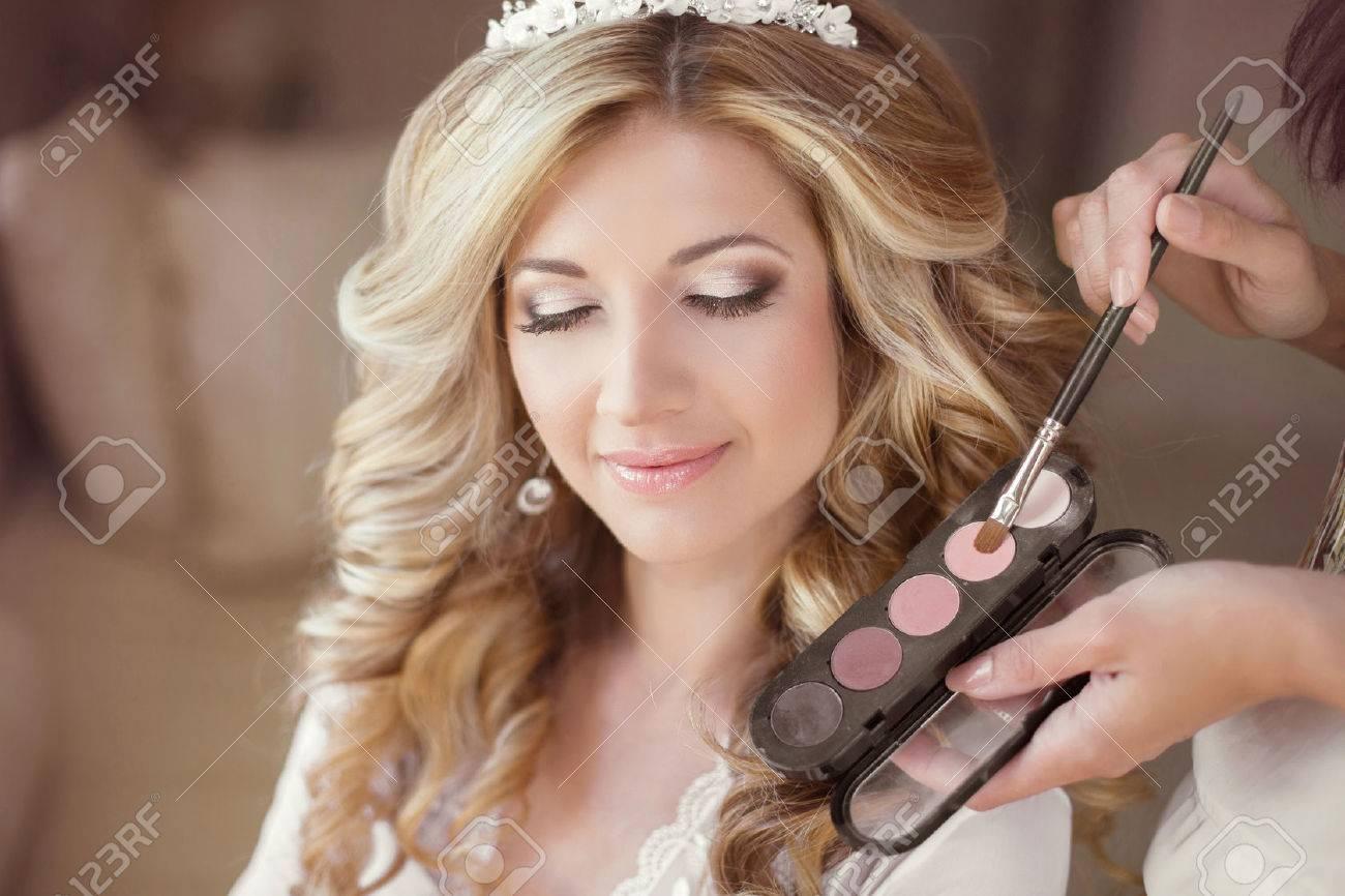Schöne Braut Mädchen Mit Hochzeit Make Up Und Frisur Stylist Macht