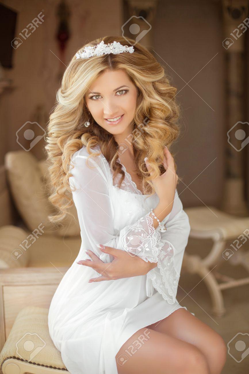 peinado retrato de una hermosa novia sonriente mujer joven con estilo largo pelo rizado