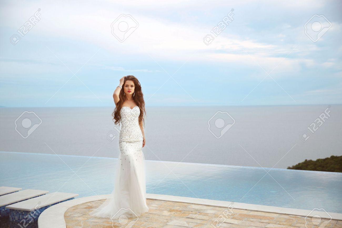 Schöne Braut Mädchen In Perlen Hochzeitskleid. Sommerurlaub Mode ...