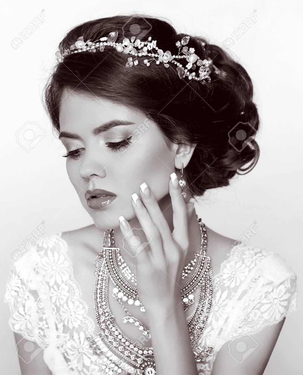 Retro Mujer Novia Hermosa Con El Peinado Elegante Con Joyas