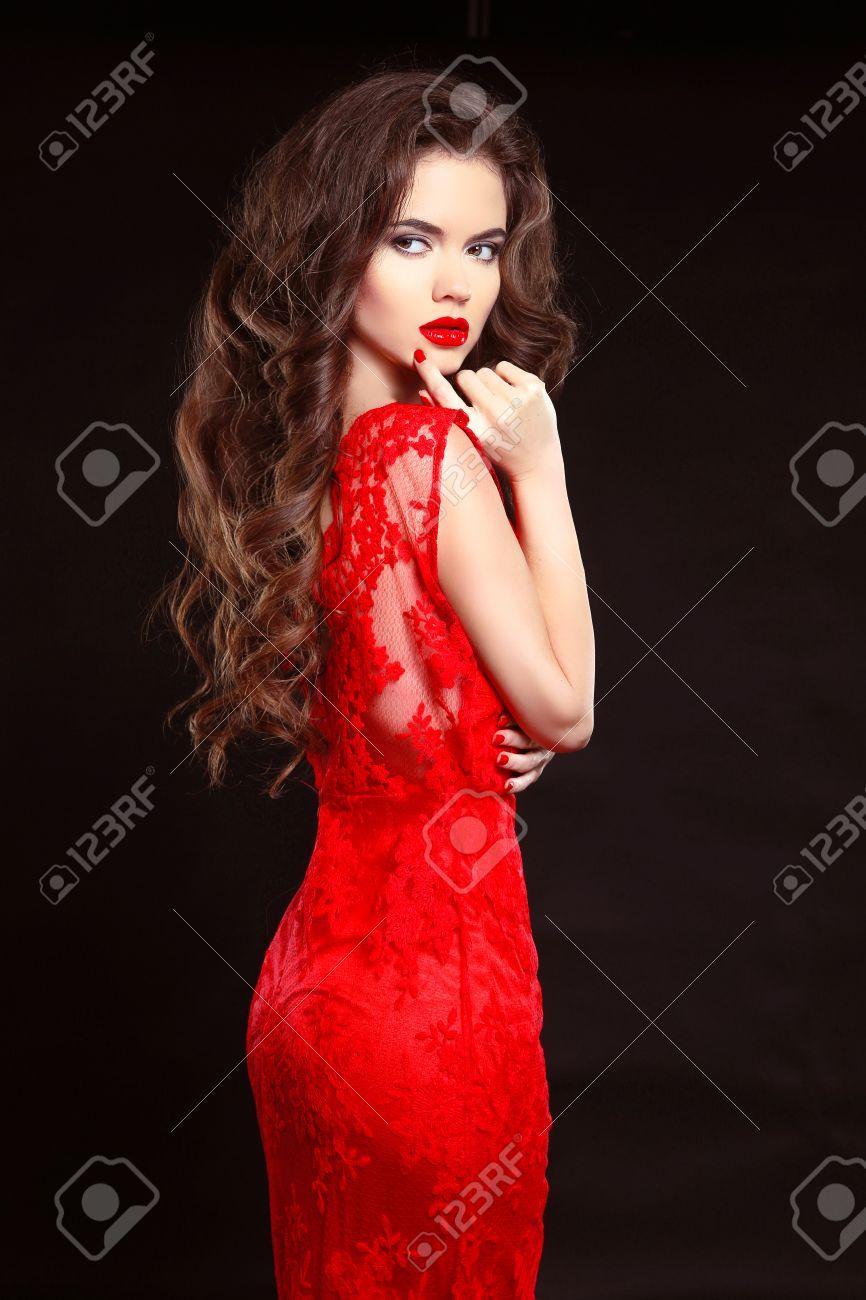 e3850b4b8f0830 Beauty mode elegante vrouw in rode jurk geïsoleerd op een zwarte  achtergrond. Bedenken. Lang