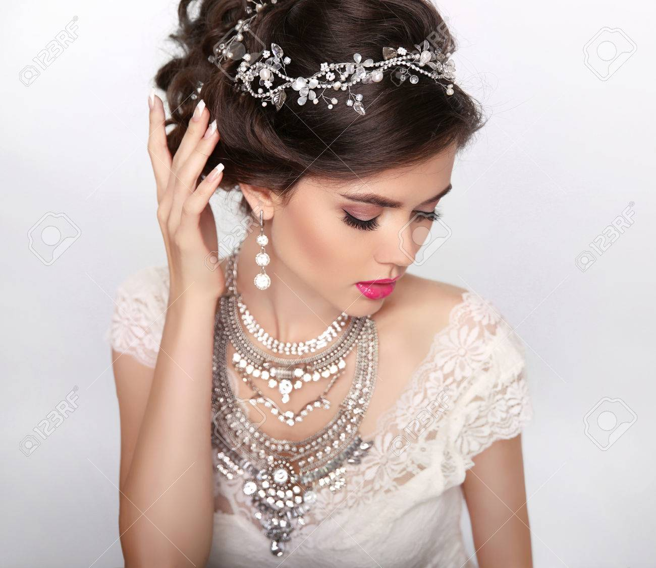 Schmuck. Schöne Mode Luxus-Frisur, Make-up. Beauty Portrait. Hochzeit  Frisur. Junge Frau getrennt auf Studio-Hintergrund.