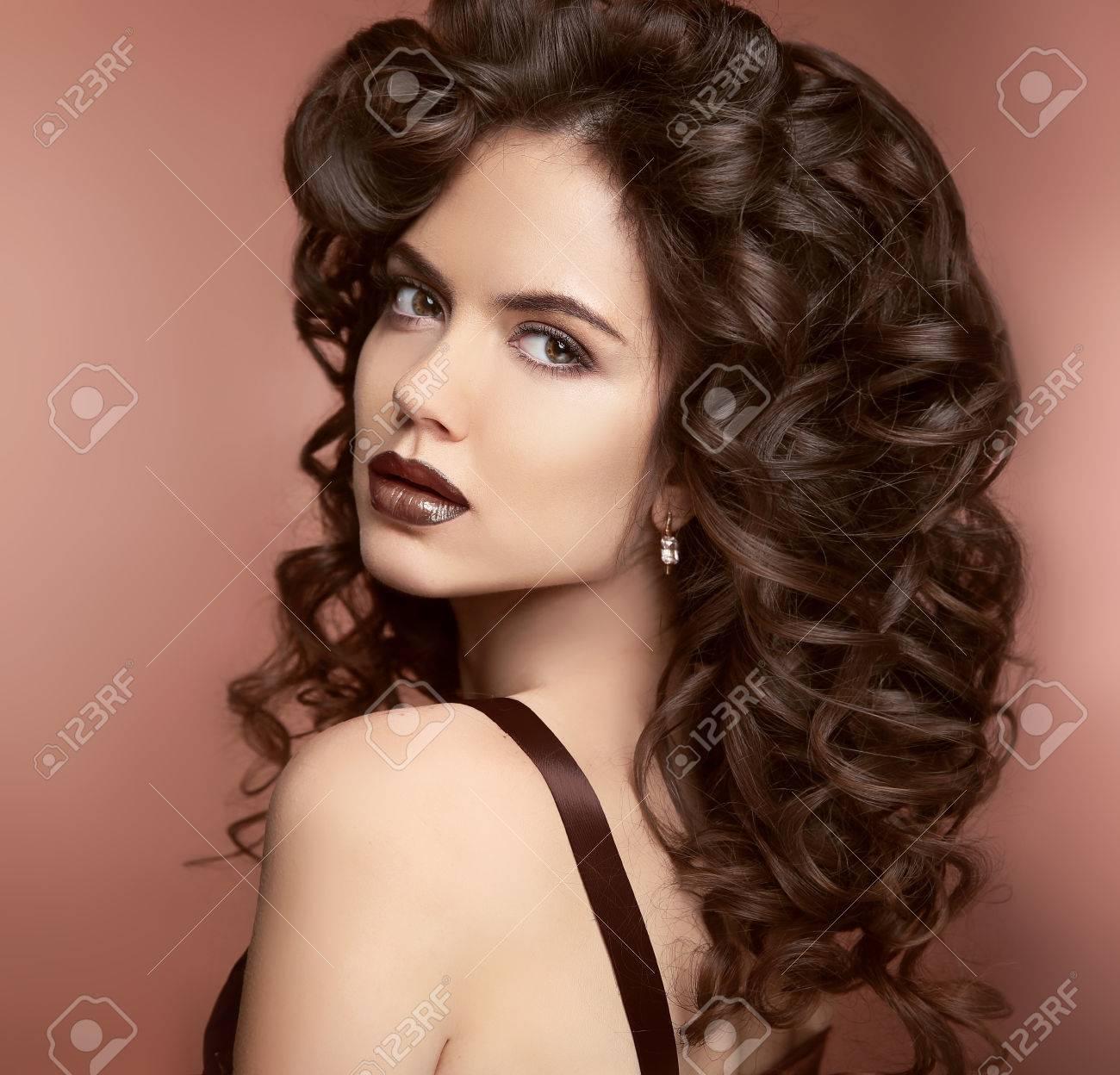 Levres Maquillage Coiffure Cheveux Frises Beauty Girl Portrait Fashion Belle Femme Avec Des Cheveux Ondules Saine Et Rouge A Levres Fonce Banque D Images Et Photos Libres De Droits Image 55684322