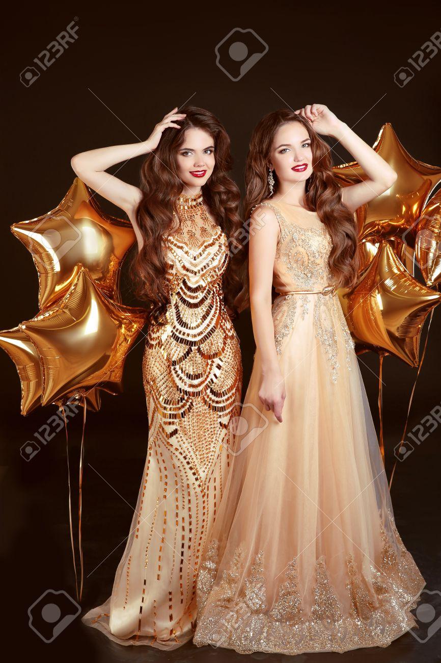 Zwei Frauen In Der Mode Kleiden, Parteifeier. Mädchen Brunette ...