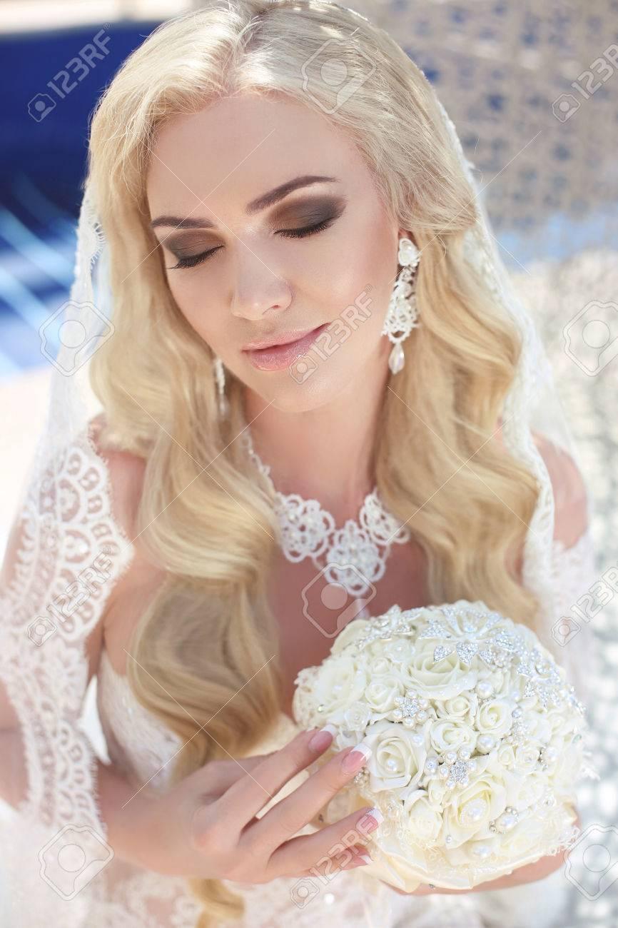 Schone Braut Portrat Hochzeit Make Up Und Frisur Madchen In Weissen