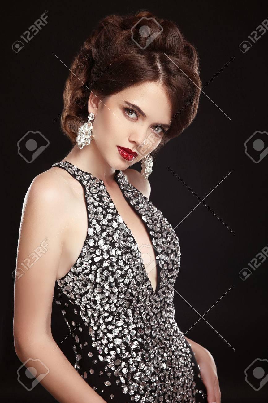 Maquillaje Joyería Peinado Dama De La Moda Hermosa Mujer Elegante En Sexy Vestido Negro Y Costosos Aretes Foto De Glamour Modelo Delgado Retrato