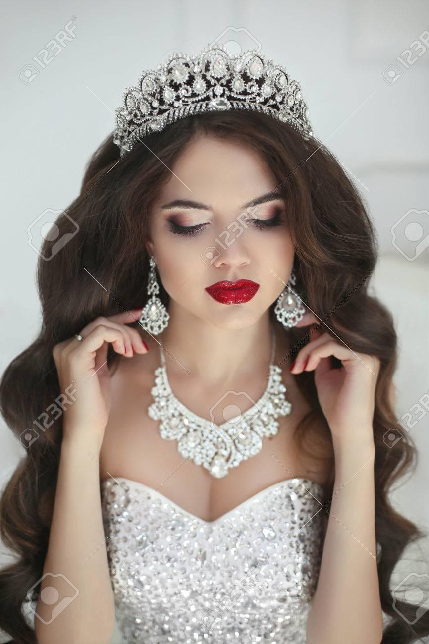 Schöne Braut Make-up, Mode-Schmuck. Elegante Frau Mit Langen ...
