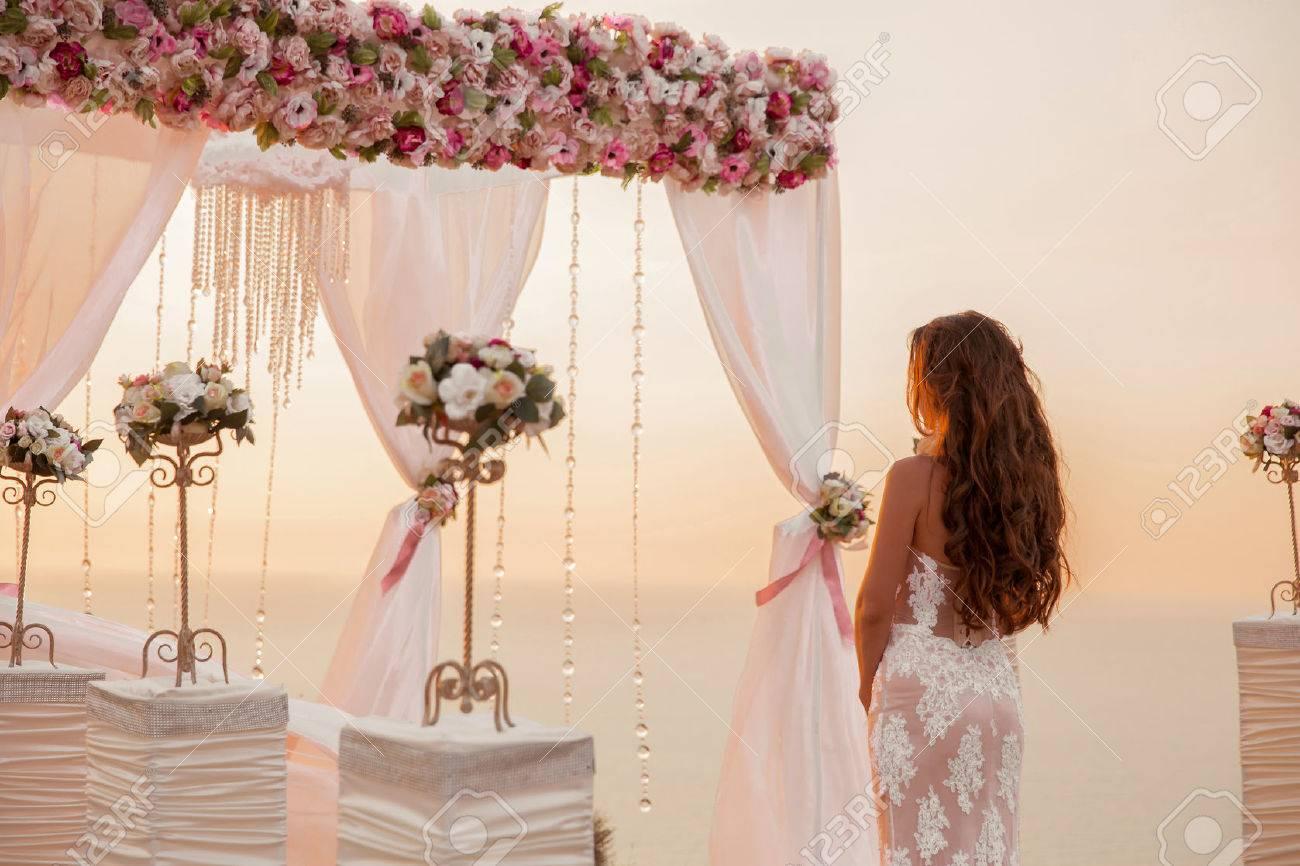 Hochzeitszeremonie Brunettebraut Mit Kranz Bogen Mit