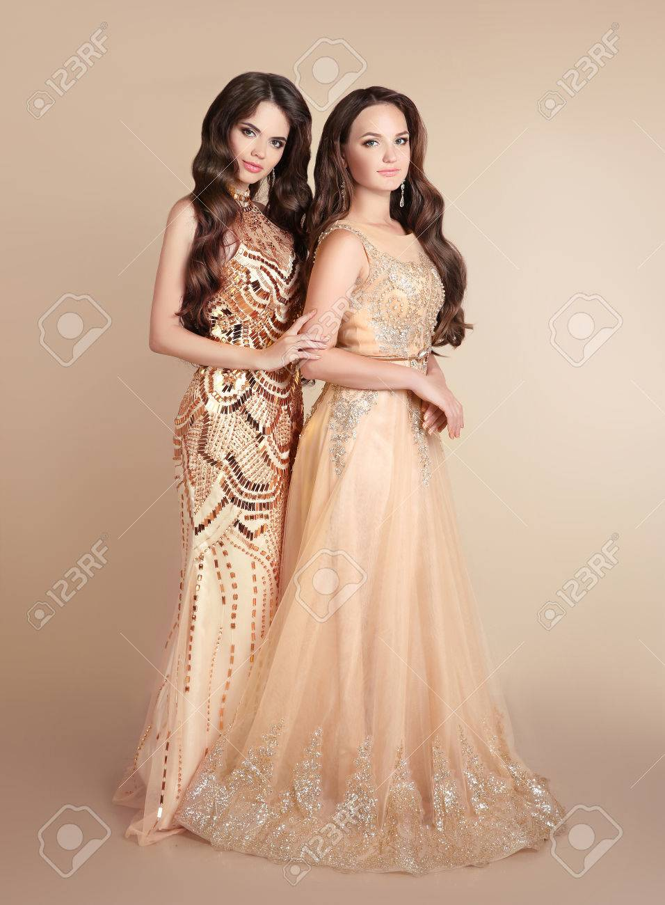 Mooie Kleding Dames.Twee Mode Dames Mooie Vrouwen Met Golvend Haar Draagt In Lange
