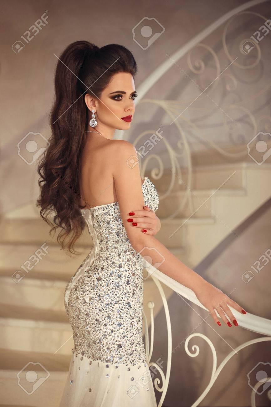 Schöne Elegante Braut Gleichaltrige Frau Mit Make-up Und Haar ...