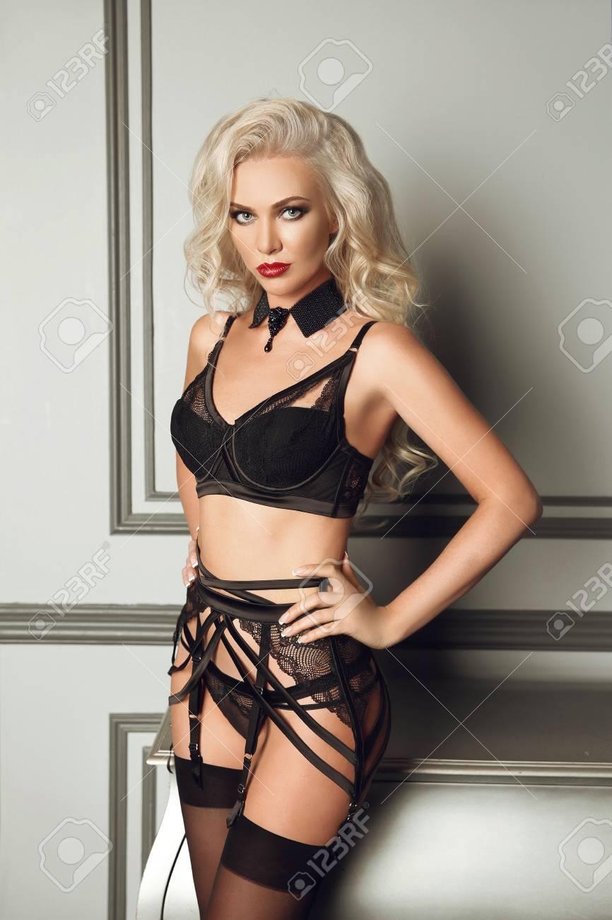 Para estrenar 56826 997c3 Retrato de fascinación hermosa mujer atractiva en negro lencería posando de  moda por la pared moderna con el marco en interior de lujo. Femeninos en ...