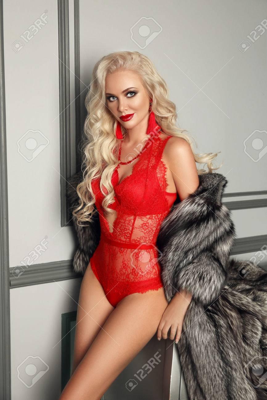 b2315da0b37d Atractiva mujer rubia atractiva en lencería roja posando en piel de moda  Foto de archivo -
