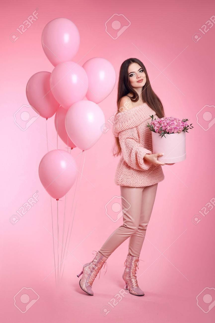 Linda Chica Morena Linda Con Globos Celebración Ramo De Rosas Flores ...