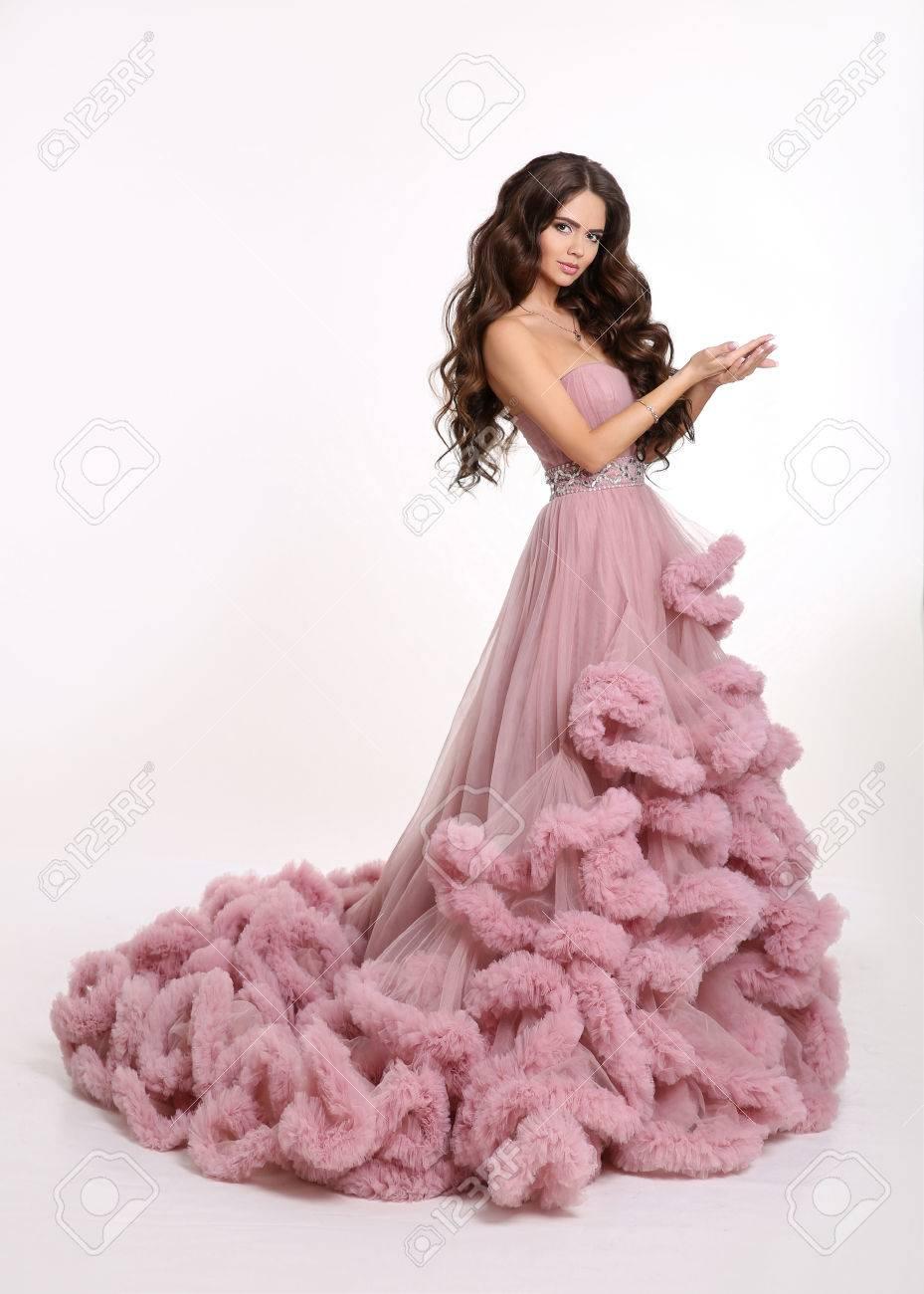 Chica Hermosa Dama En Lujoso Vestido Rosa Exuberante Forme A La Mujer Morena En La Presentación Hermosa Del Vestido Largo Aislada En El Fondo Blanco