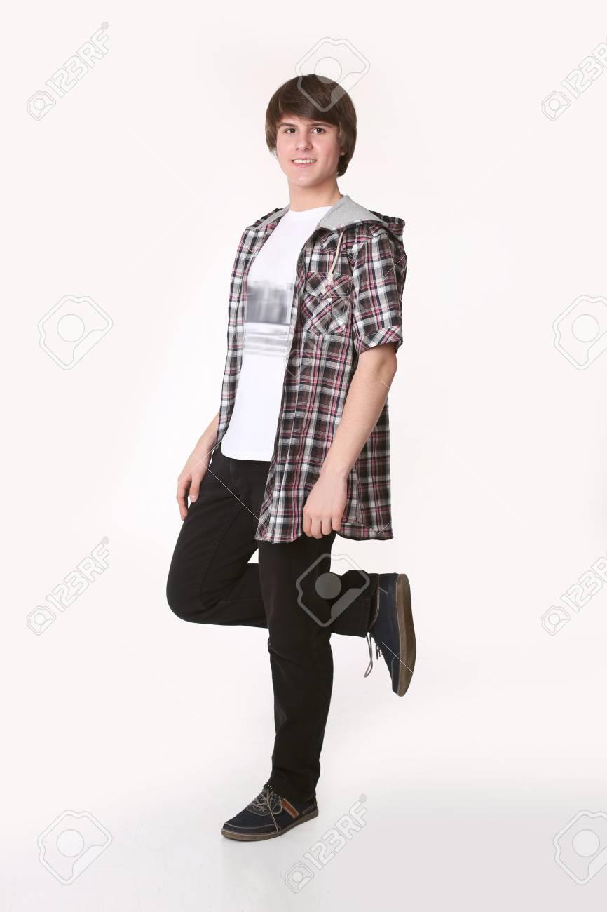 62c33dcea90 Foto de archivo - Modelo de hombre joven en camisa a cuadros y ropa casual  elegante mirando a cámara. Chico guapo en ropa de calle aislado sobre fondo  ...