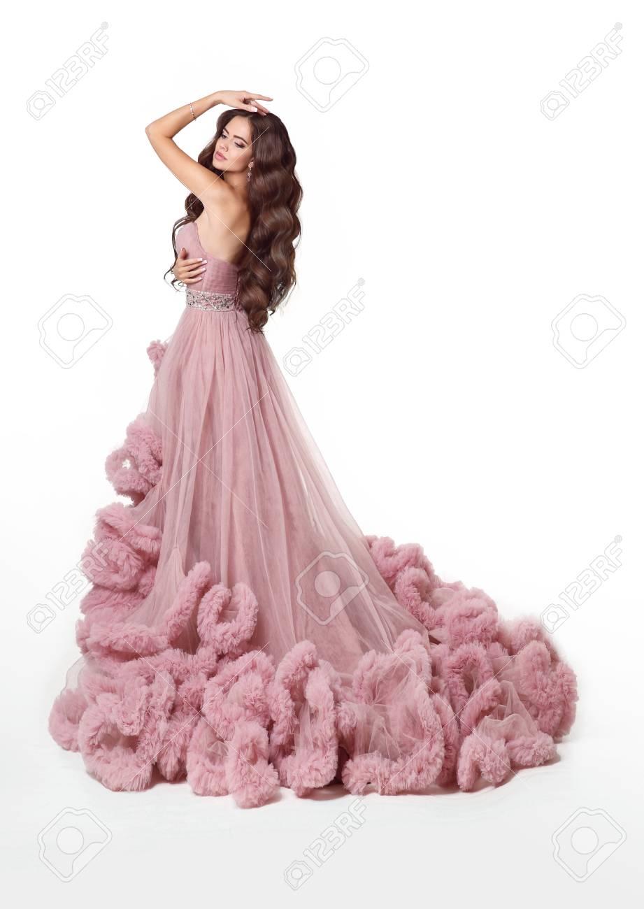 8f118d6aa Bella dama en lujoso vestido rosa exuberante. Forme a la mujer morena en la  presentación
