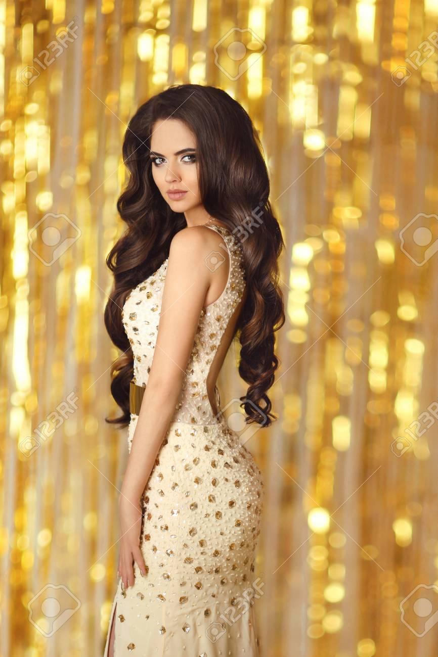 Retrato De La Moda De La Belleza Del Modelo Imponente Magnífico De La  Muchacha Con Estilo De Pelo Ondulado Largo Y Maquillaje En El Vestido De ... 083c47e02c