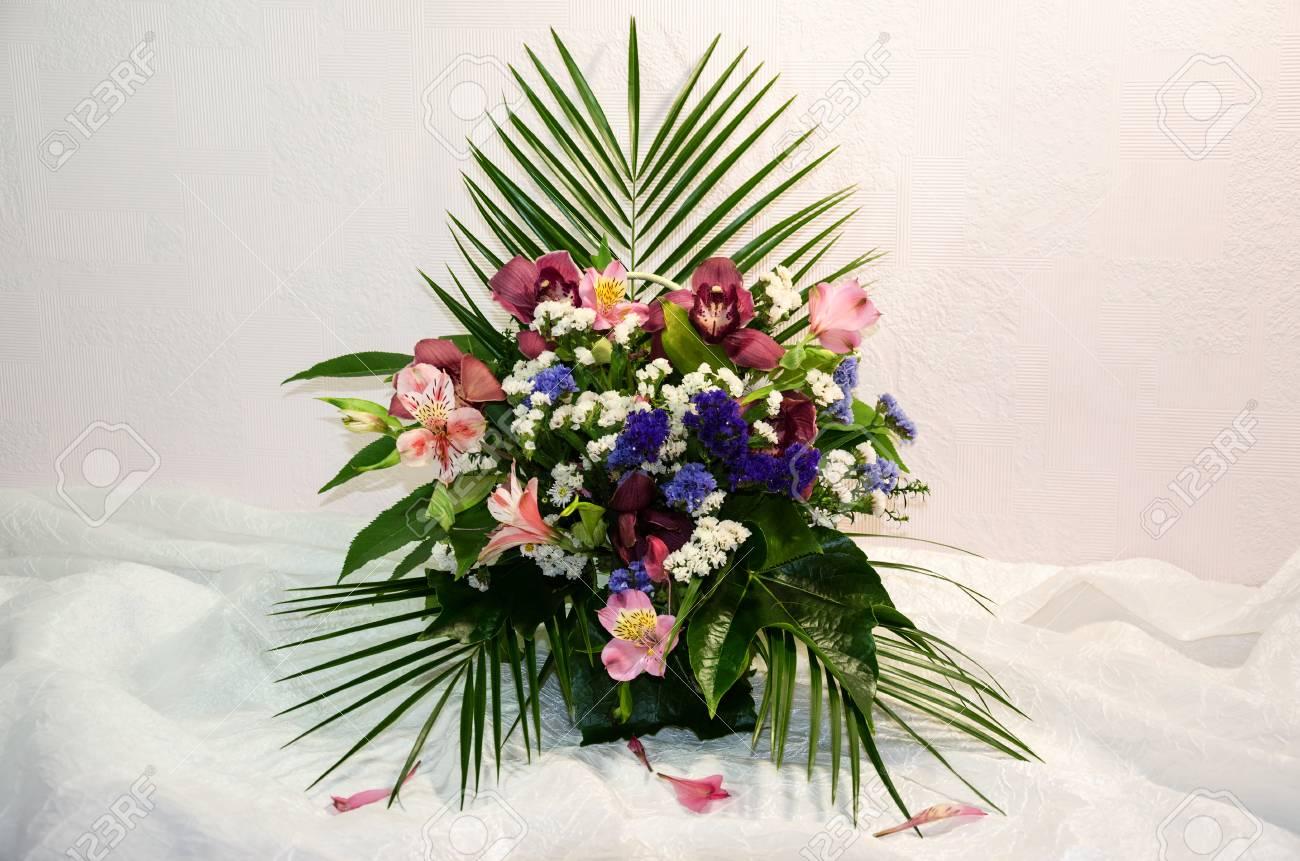 Un Hermoso Arreglo Floral De Orquídeas Flores Naturales Y Hojas Verdes Sobre Un Fondo Claro