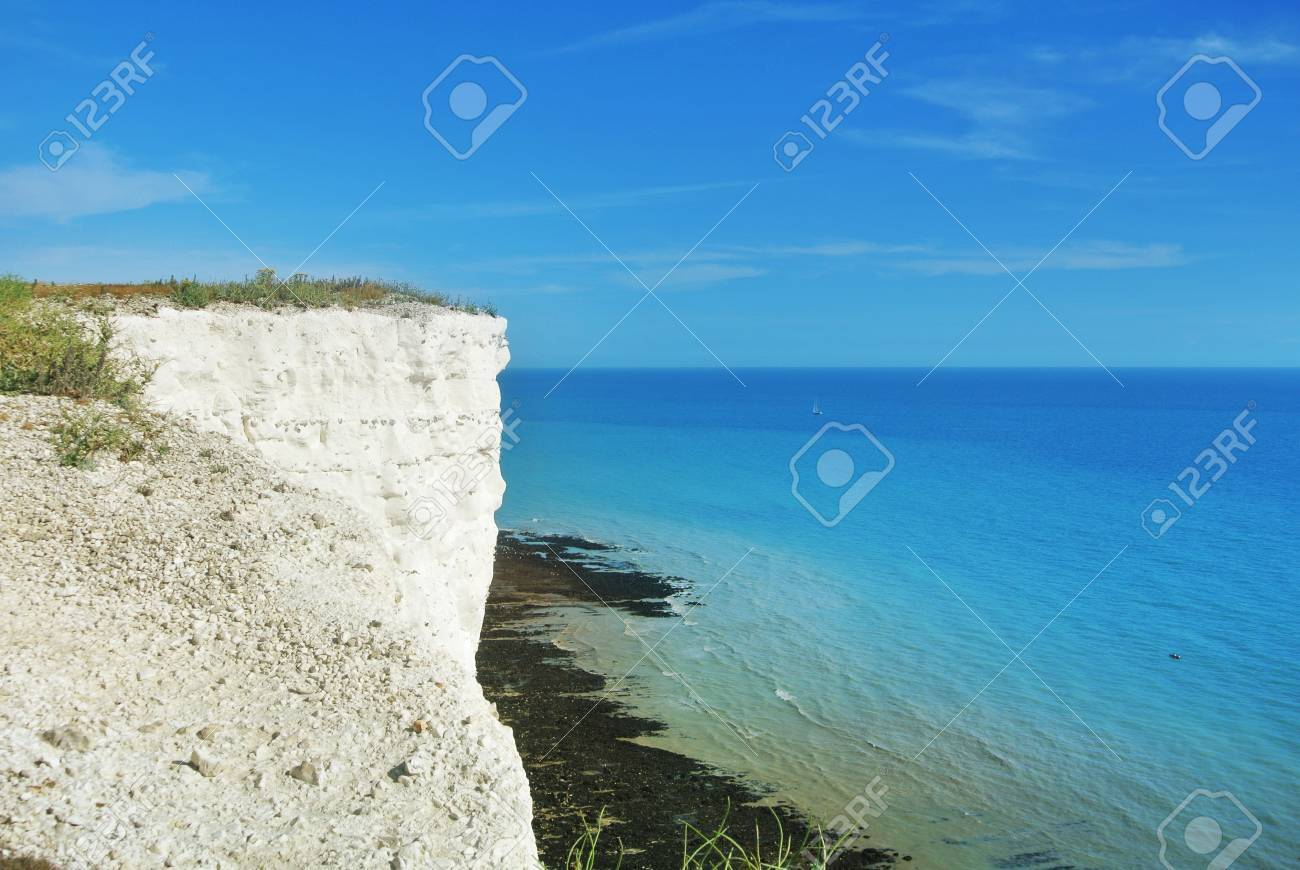 英仏海峡やバック グラウンドで少し白いヨットの青青緑色の水と白い ...