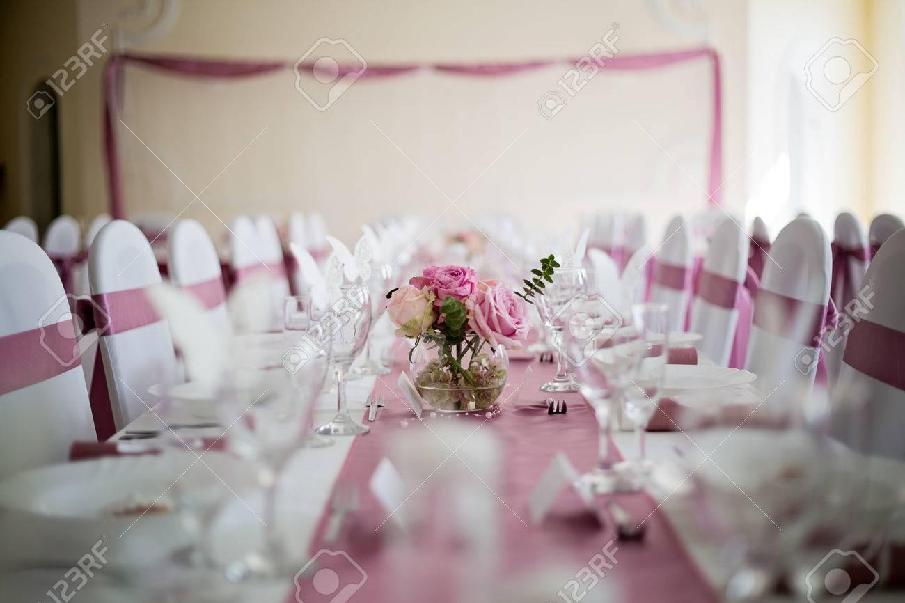 Hochzeitstisch In Rosa Und Weiss Mit Rosen Blumenmittelstuck Leere