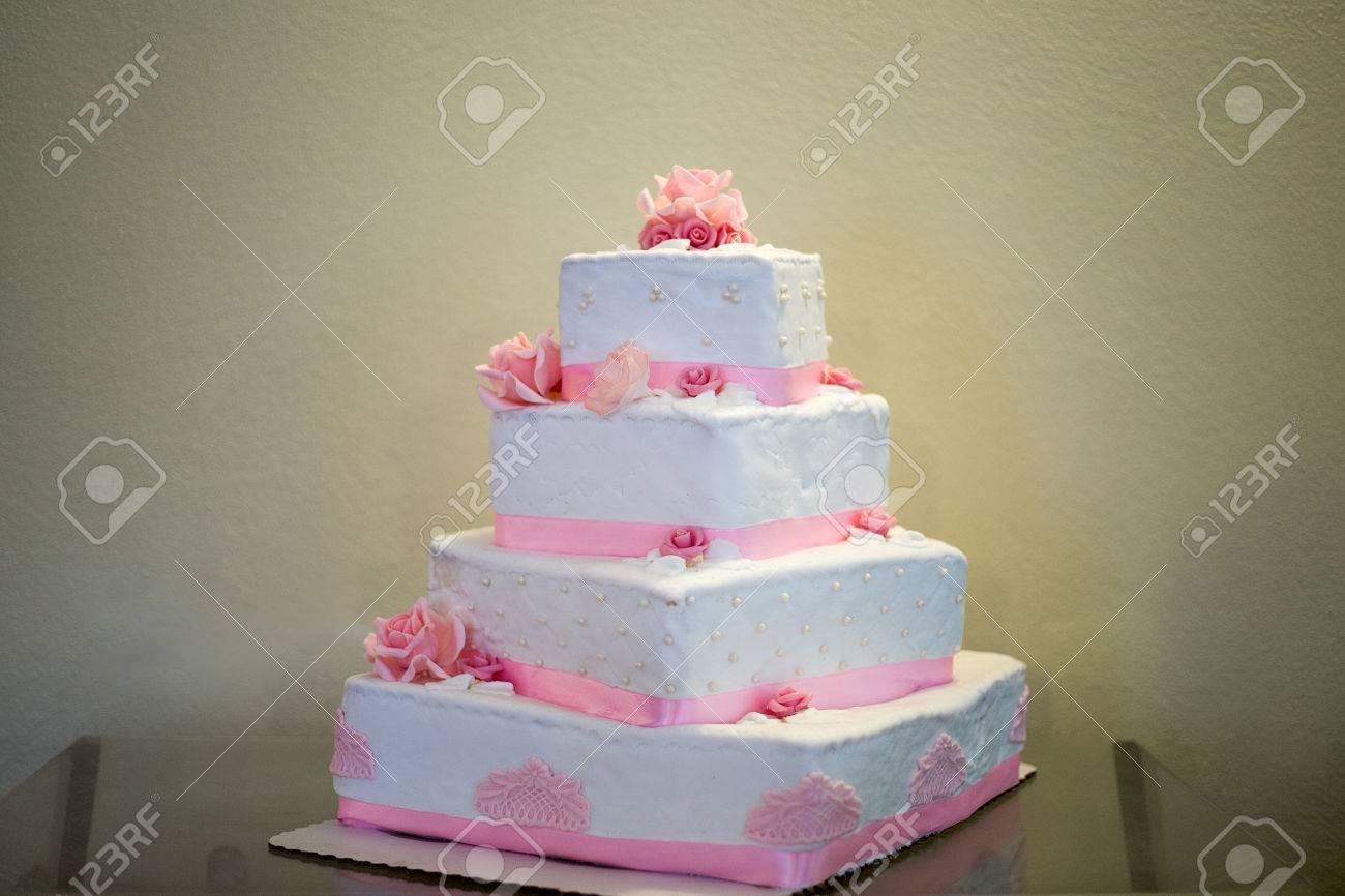 Blanc Gâteau De Mariage étages Avec Des Fleurs Roses Massepain Comestibles Et Ruban Décoratif Rose Gâteau A Quatre étages De Forme Carrée