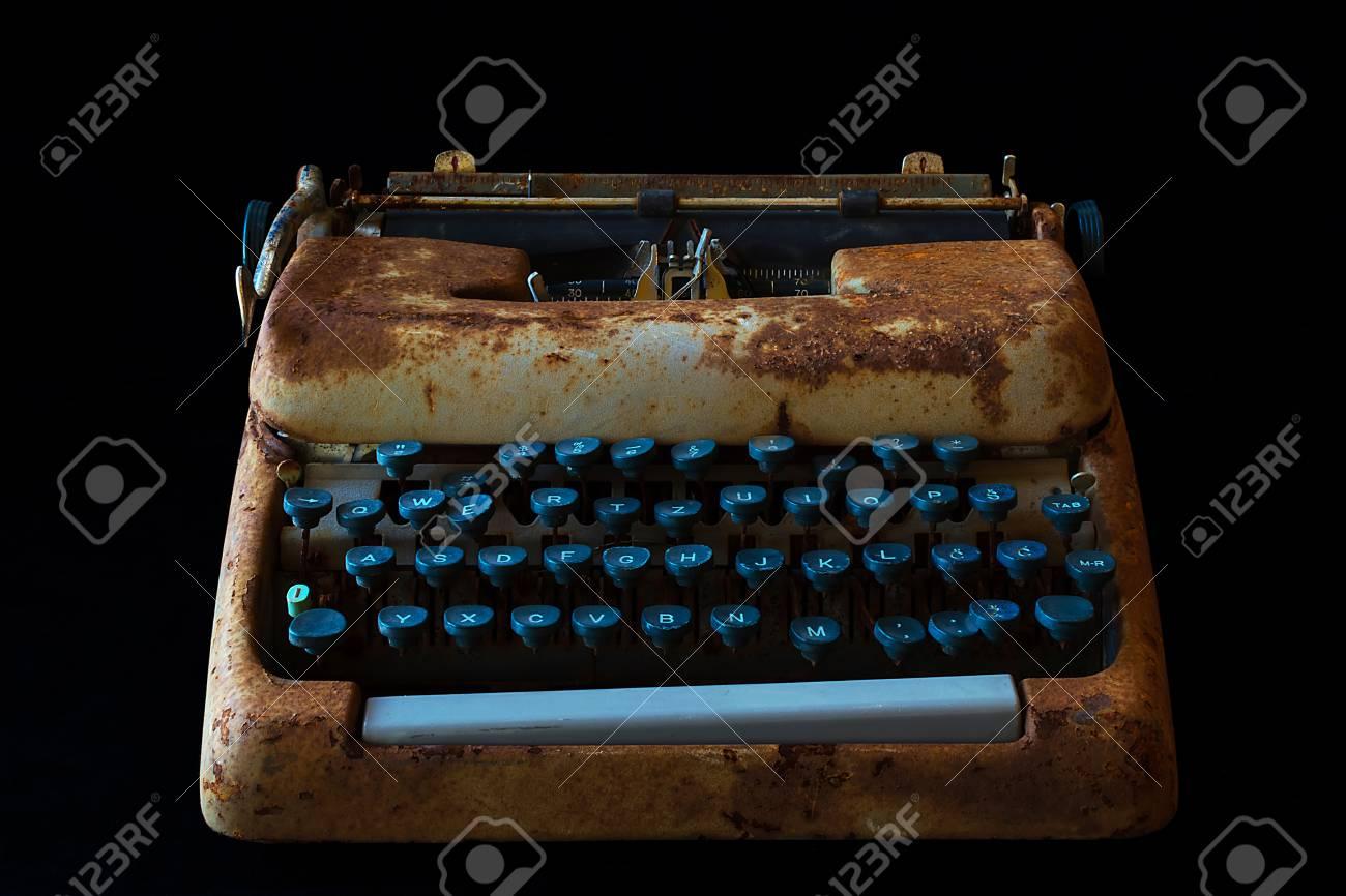 Máquina de máquina de escribir Vintage Rusty. Equipo de periodista. Máquina  de escribir aislada en fondo negro. 120964f1ca06