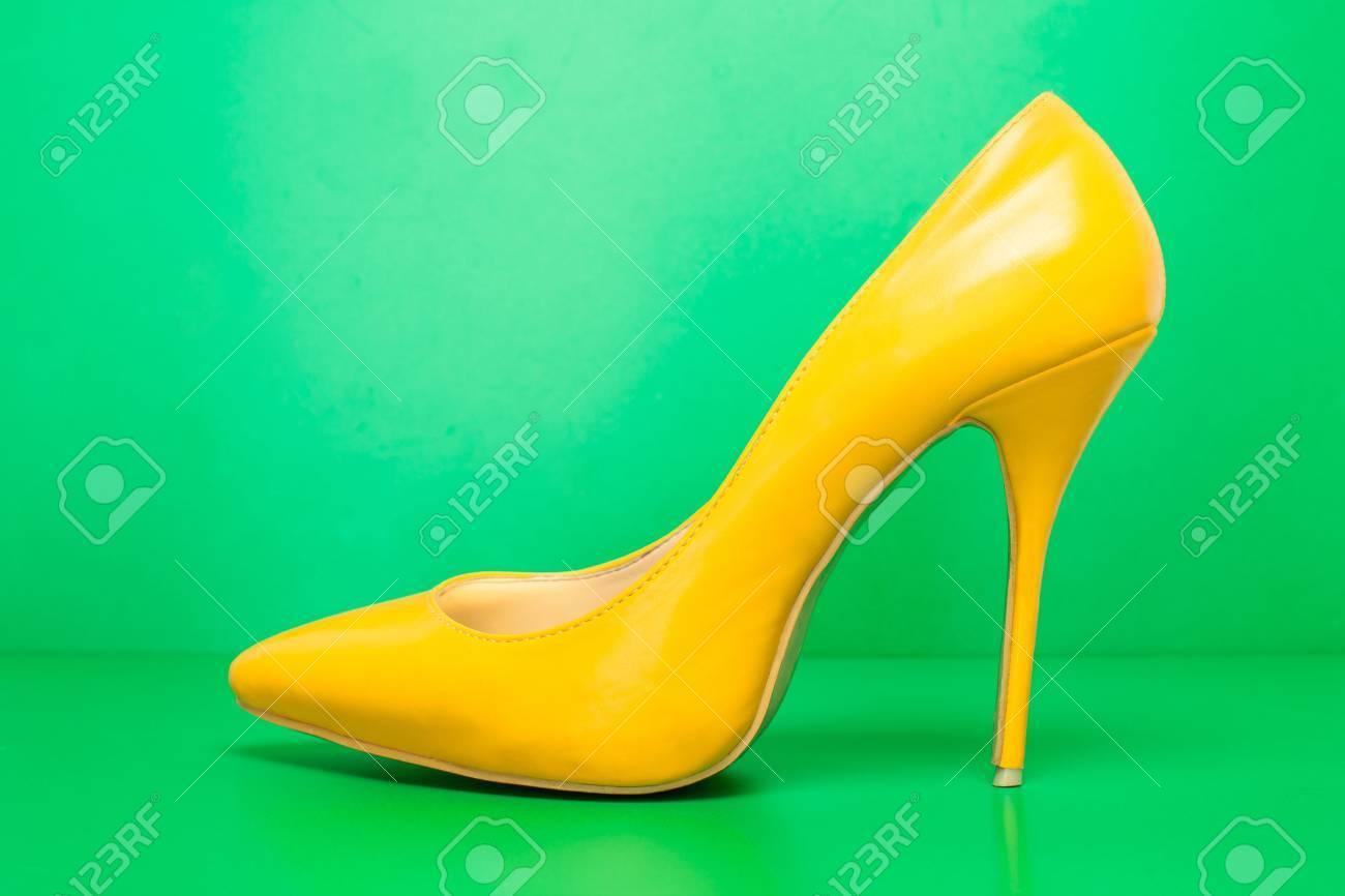 Sobre Singel De Amarillo Zapatos Tacón Color Alto Verde Fondo 35LS4AcjqR