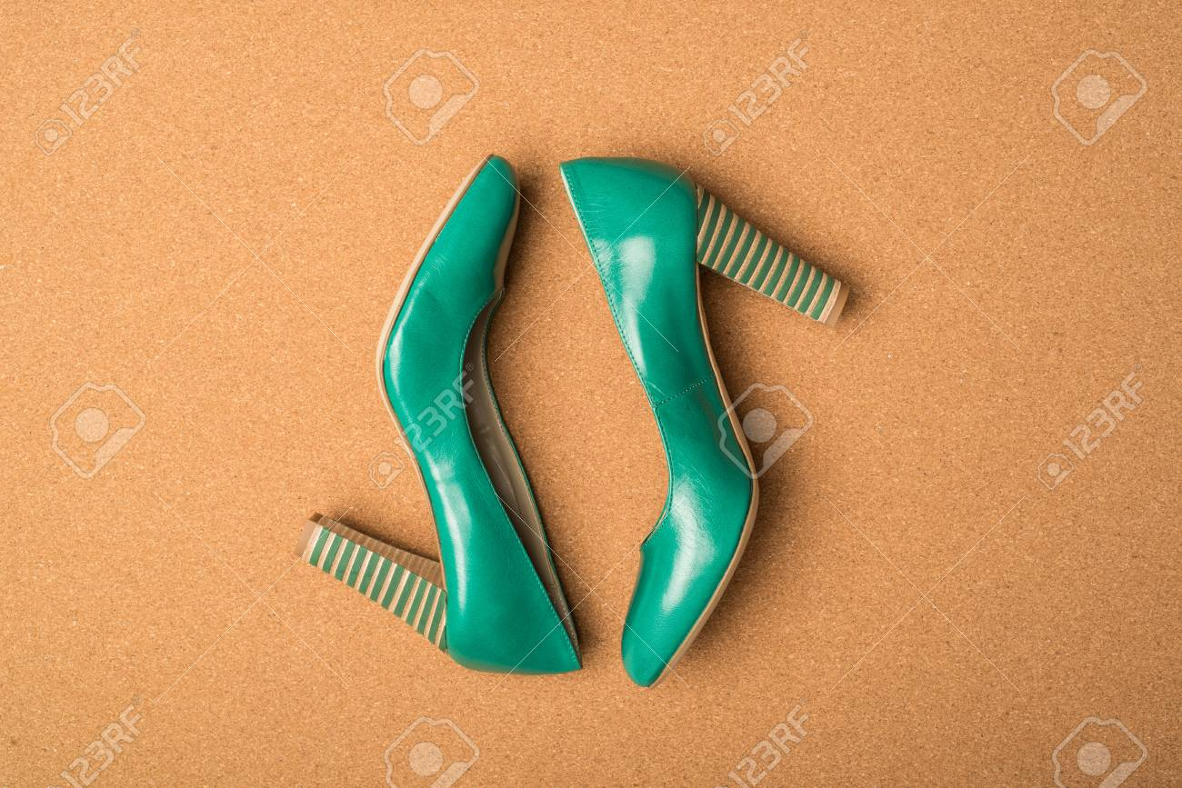 comprar popular 56b54 46db8 Zapatos de tacones verdes sobre fondo marrón
