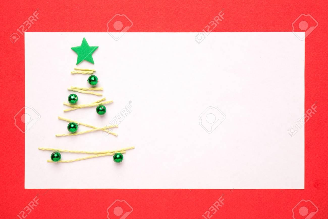 Carte De Noël Vierge Ou Une Invitation Avec Arbre De Noël Sur Fond Rouge