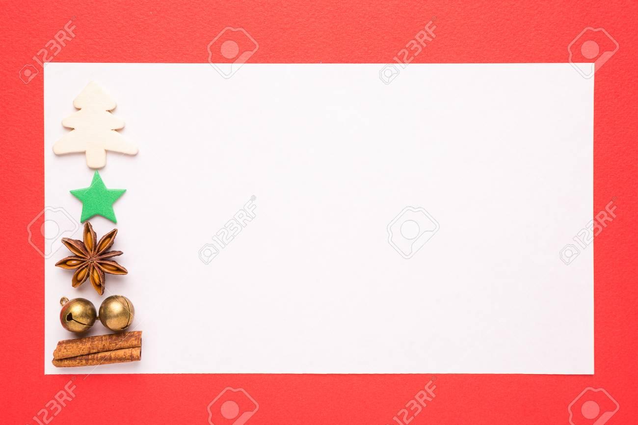 Tarjeta De Navidad En Blanco O La Invitación En El Fondo Rojo