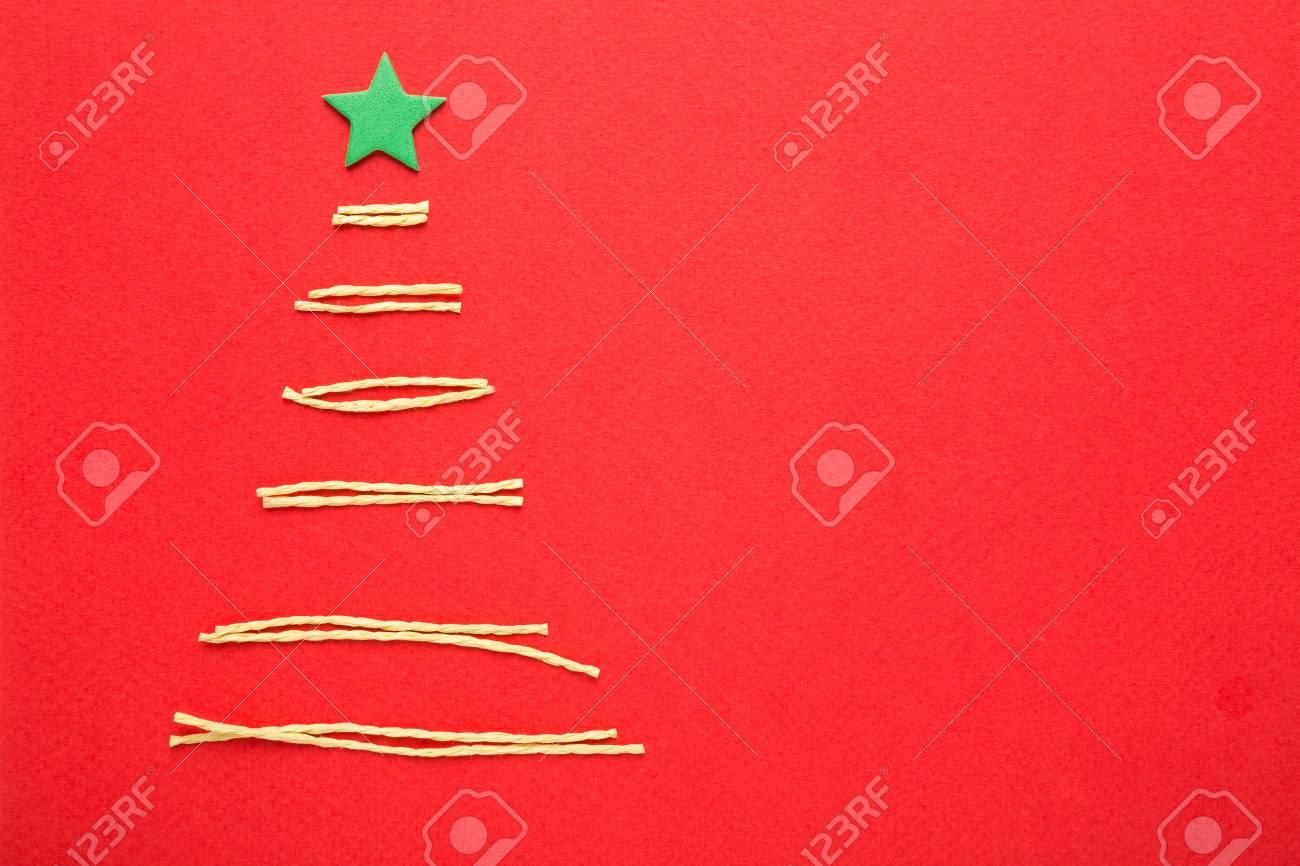 Weihnachtsbaum Aus Grünen Draht Auf Rotem Hintergrund Lizenzfreie ...