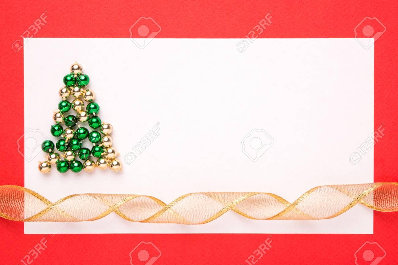 Tarjeta De Navidad En Blanco O La Invitación Con El árbol De Navidad En Fondo Rojo